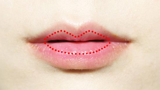 Sử dụng son che khuyết điểm môi mỏng