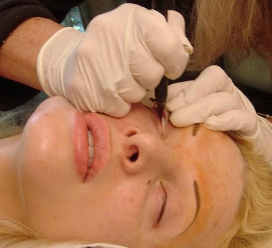 Vừa xăm mí mắt vừa xăm môi trong cùng 1 ngày có được không?2