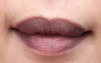 Phun xăm môi thâm – Giải pháp cho cô nàng bị thâm môi