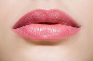 """""""Bí kíp"""" giữ sắc môi hồng đi cùng năm tháng"""