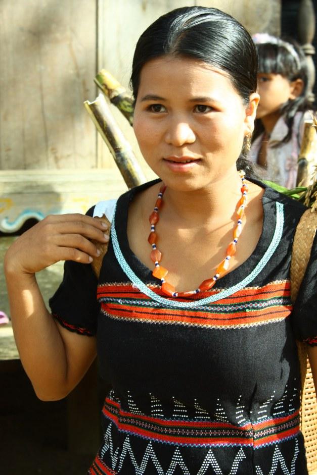 Độc đáo với cách làm đẹp môi, lông mày của phụ nữ Tà Ôi xưa1