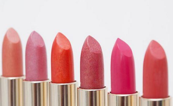 Màu tổng hợp là thành phần độc hại trong son môi