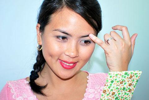 Bí quyết nhổ lông mày độc và lạ bằng son dưỡng môi3