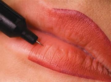phun môi có đau không?2