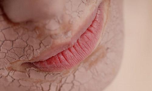 """""""Bật mí"""" cách dưỡng môi hồng - tươi tắn mùa hanh khô 1"""