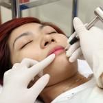 Phun xăm môi không đều màu phải làm sao?