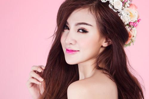 trang điểm môi hồng cánh sen 1