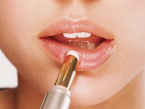 Phun môi bao lâu thì được đánh son? Cách chăm sóc sau khi phun