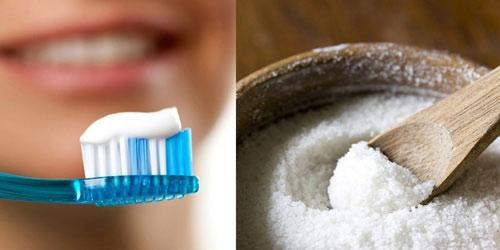 trị thâm môi bằng kem đánh răng và muối
